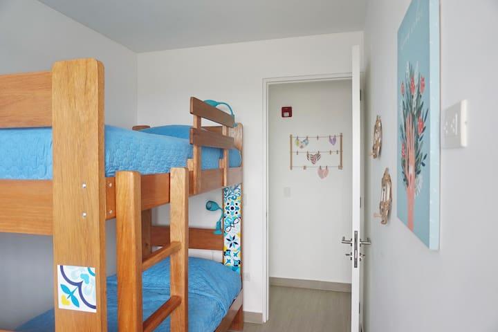 Depa: segundo dormitorio con camarote de plaza y media