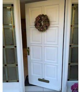 Eingangstür mind. 91 cm breit   Main door at least 91 cm wide