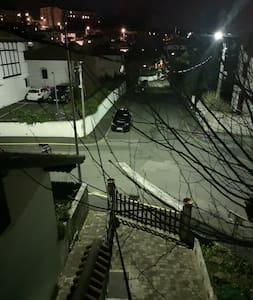 La rue est éclairée et les escaliers également