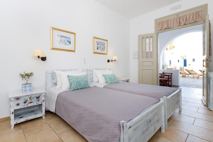 Cozy room, acess to pool stay  Akrotiri, Santorini