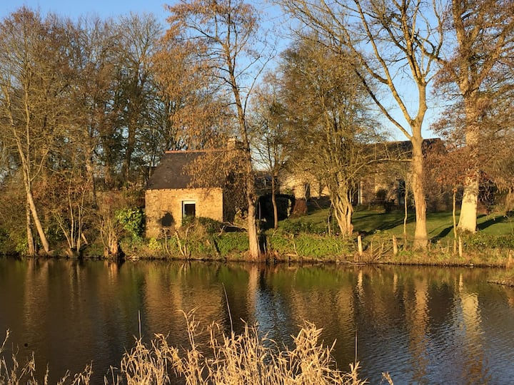 Jolie petite maison romantique au bord de l'eau