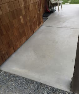 Entrance from gravel driveway to patio