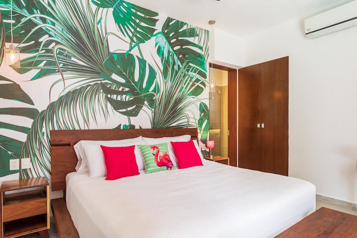 Bedroom No.2 on the ground floor with direct access to the pool. King size bed, closet and desk to work from home.