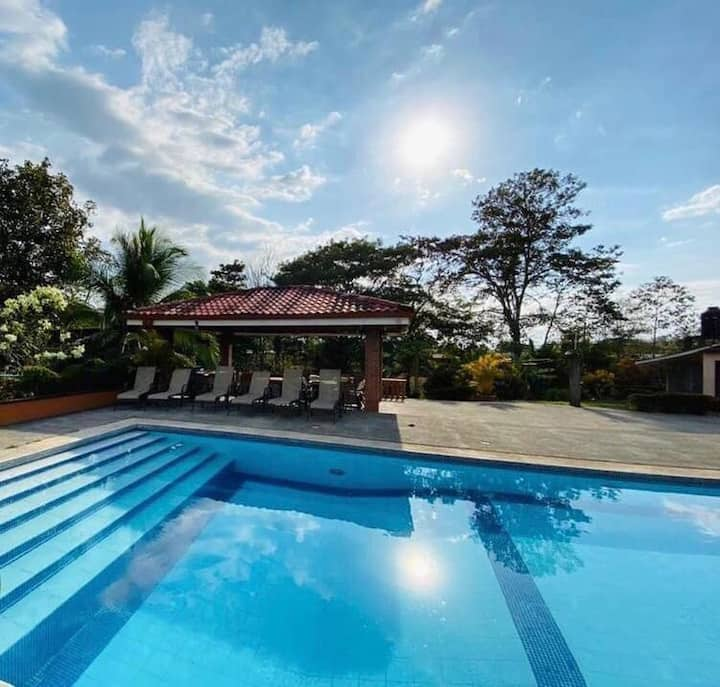 ¡Villa Blanca – Casa Vacacional para 15 personas!