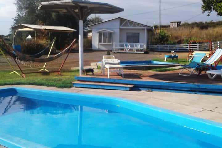 Cabaña con piscina y tinajas de madera