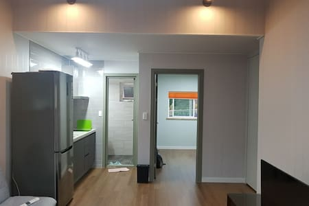 방과 거실 이동은 자유로우나 욕실은 얕은 턱이 있습니다.