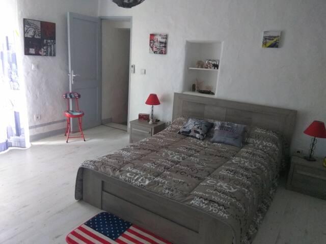 Chambre spacieuse.