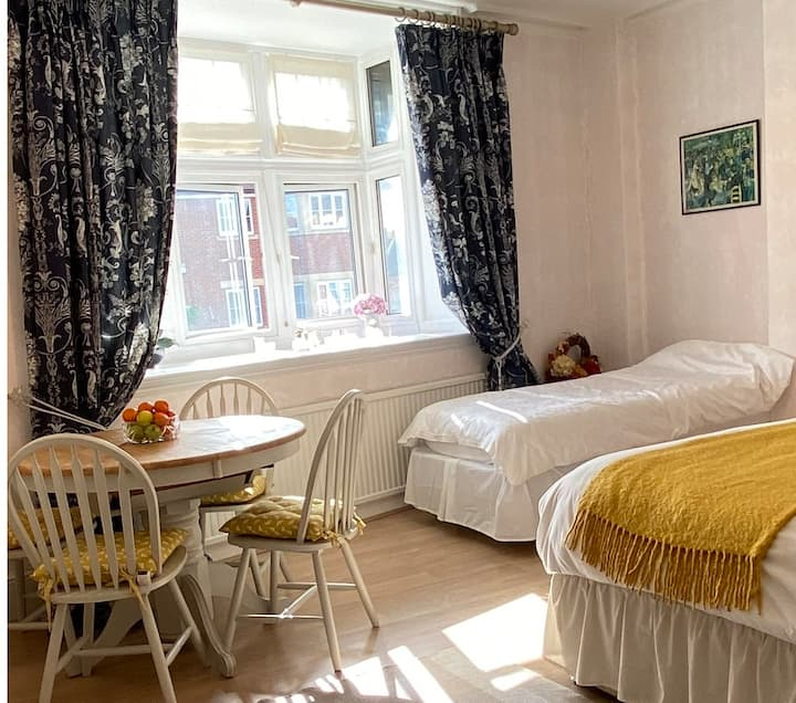 Deluxe Rooms/Sleeps 1 to 7 Guests/Henley centre