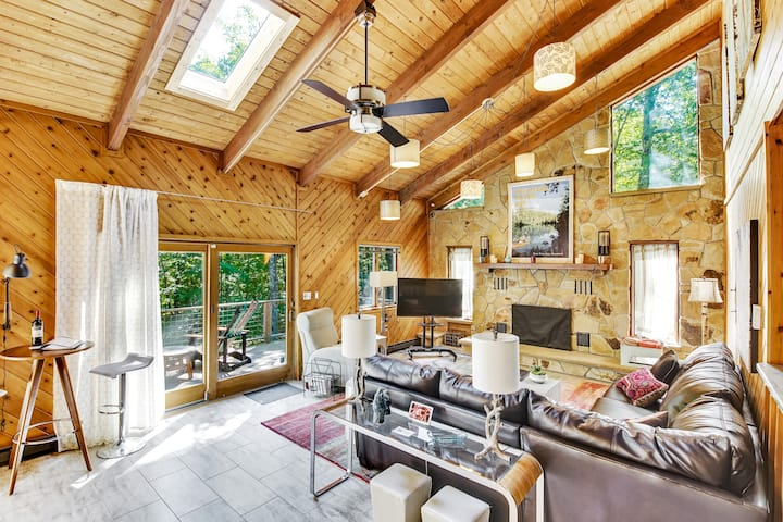 "Spacious ""Design Lodge"" In Woods, Amenities Galore"