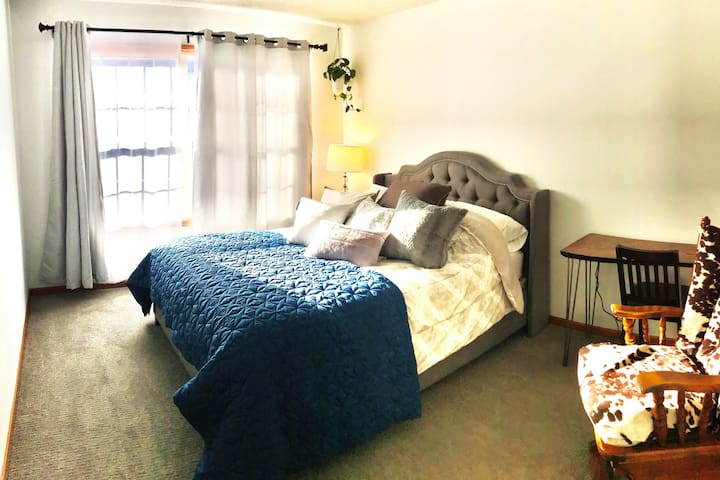 Cozy and Quiet in Maplewood (St. Paul Room)
