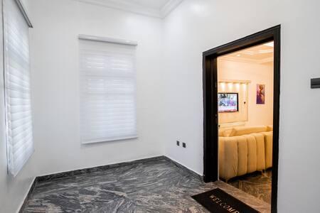 Pintu masuk tamu lebih lebar dari 81 cm