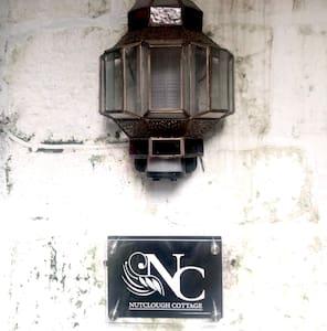 Automatic movement sensitive entrance lighting.