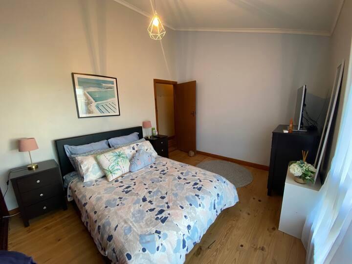 Comfortable, Modern Queen Room. Beachside & Breaky