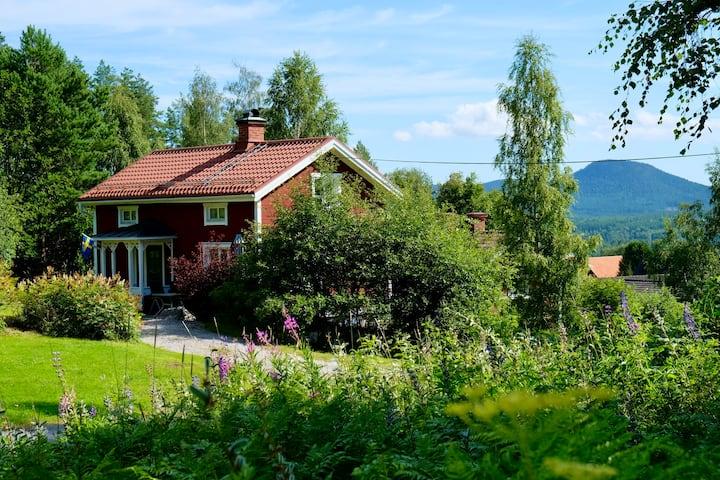 Hemtrevligt hus med gångavstånd till byn och JBP