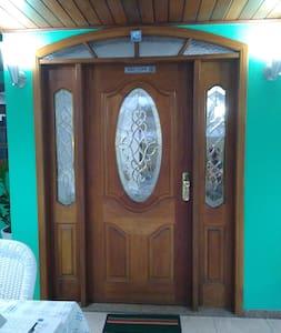 Porta de entrada da casa.