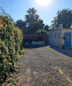 No hay escalones desde la entrada a la propiedad hasta el departamento de una planta.