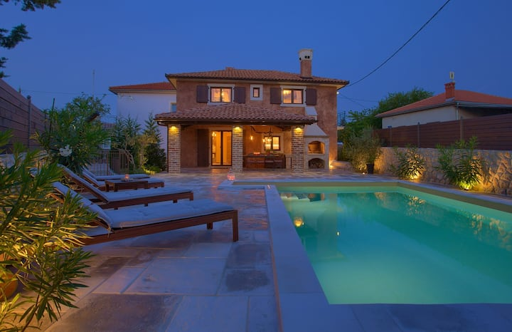 Rustic Villa Ursa, traditional stone house & pool