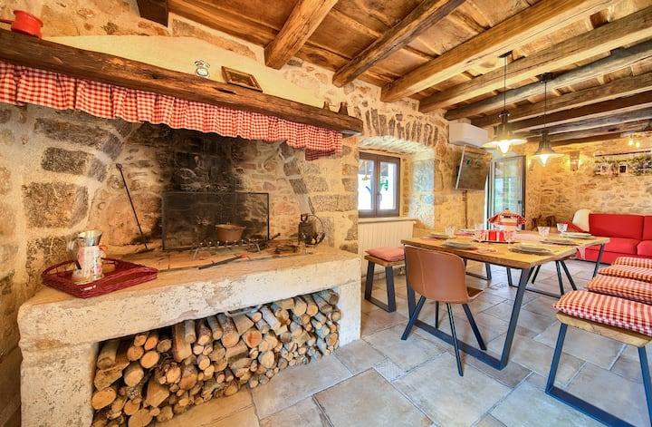 Villa Ursa, traditional stone house & pool