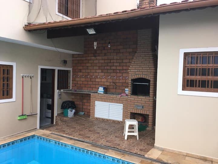 Sobrado com piscina em Itanhaem.