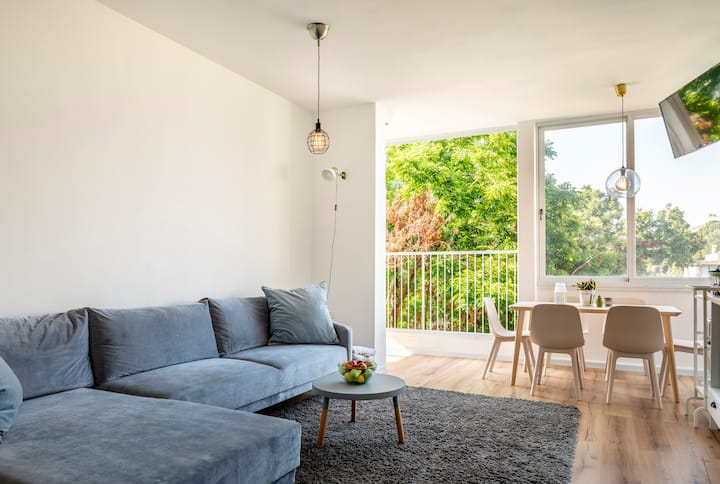 Elegant Apt Full of Light W/Balcony & Wooden floor