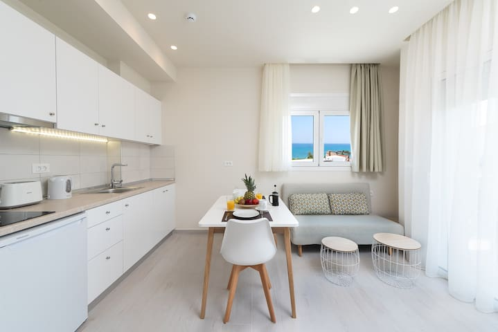 Deluxe studio-suite with side sea view 4