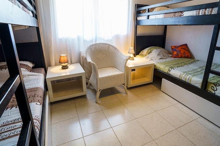 Chambre enfants, 2x2 lits superposés. Etage bas