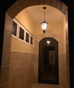 Không có cầu thang hoặc bậc dẫn vào nhà