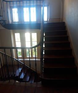 studio a l'etage possibilité de monter par des escalier ou par un ascenseur
