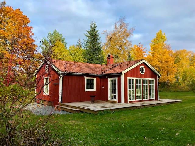 Vinterbonat hus invid Väddö Kanal i Roslagen