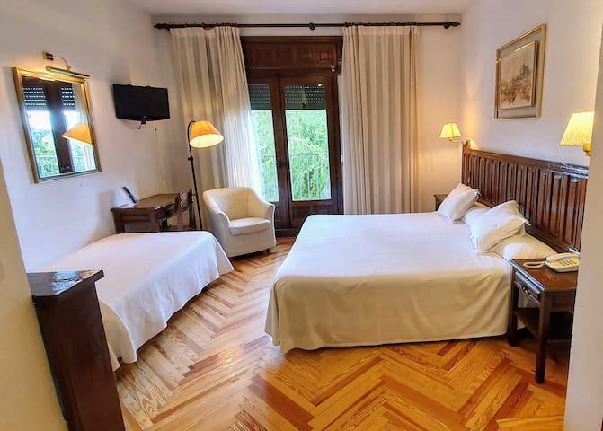 Habitación triple con cama matrimonial