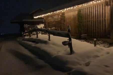 Links ist die Zufahrtsstrasse und rechts der mit Gartenplatten belegte sanft ansteigende Weg zum EG des Hauses zu sehen. Der Schnee, wenn selten mal vorhanden, kann weggeschaufelt werden.