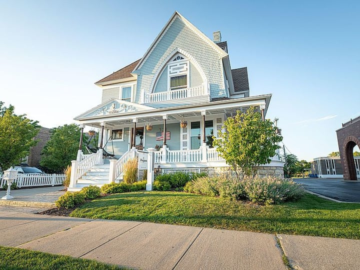 Downtown Grand Haven - Luxurious Victorian Home