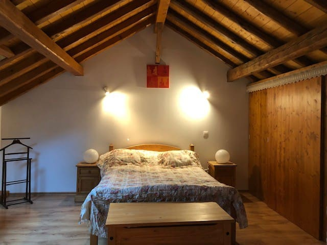 une grande chambre avec un lit 140