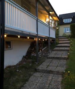 Entrèn till huset har både ljusslinga och lampor vid trappen