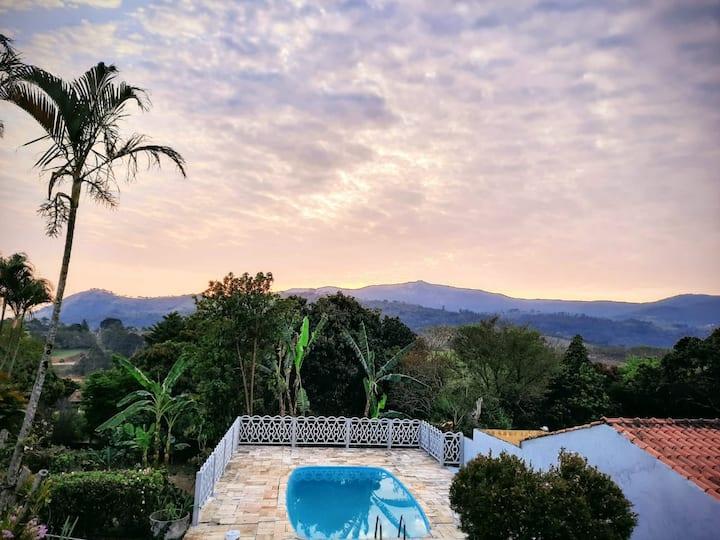 Chácara c/ piscina e vista privilegiada em Atibaia