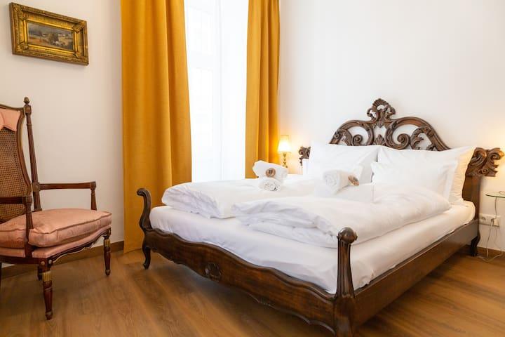 Eines von zwei Schlafzimmern.