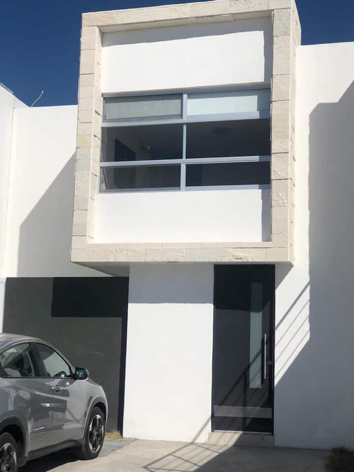 Casa equipada con 3 habitaciones con baño propio