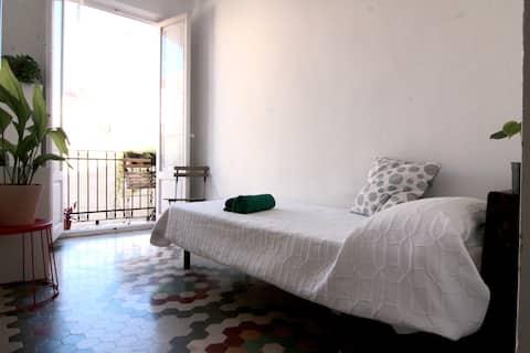 Camera luminosa nel cuore di Valencia.