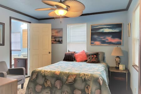 Eclectic Midtown Room in the Heart of Tallahassee