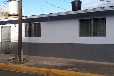 La casa está justo de lado derecho de la entra principal y los guardias de seguridad