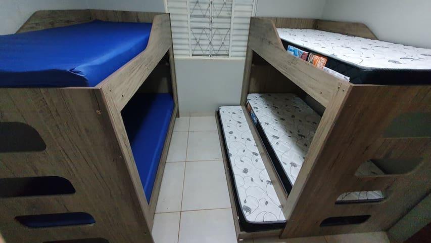 2 beliches com camas auxiliares - casa lateral