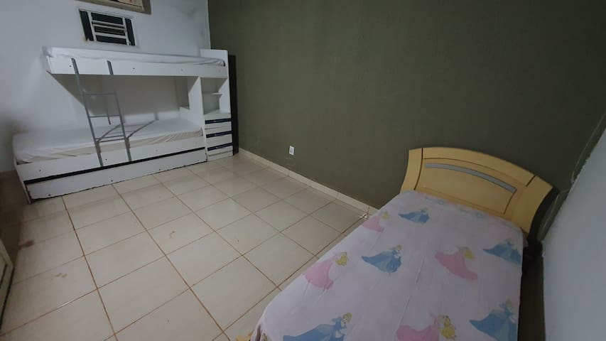 beliche com cama auxiliar e cama de solteiro - edícula.
