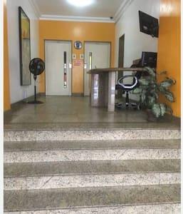 Entrada social do edifício / portaria e acesso aos elevadores.