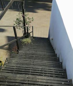 Cuenta con escalera para el ingreso