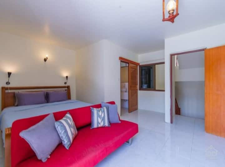 Ensuite King Room with Balcony/ walk to beach