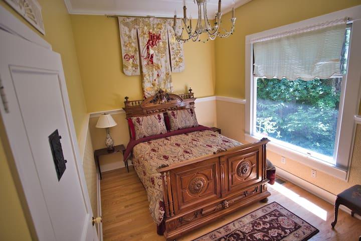 Queen Room II