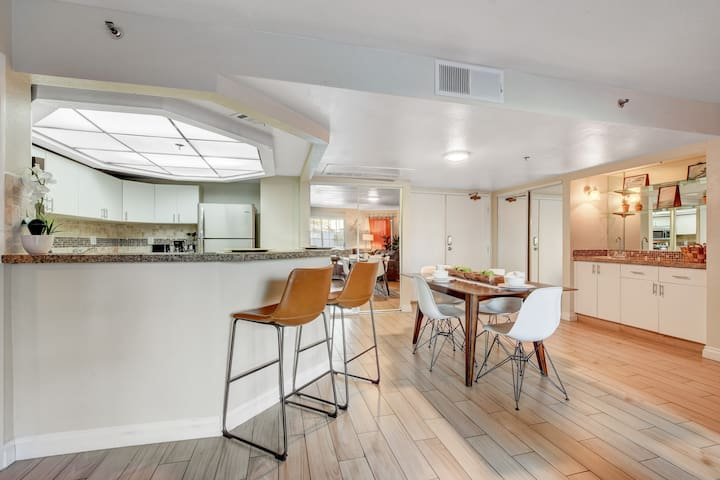 Near The Strip and Downtown, sleeps 6 (2CX1)