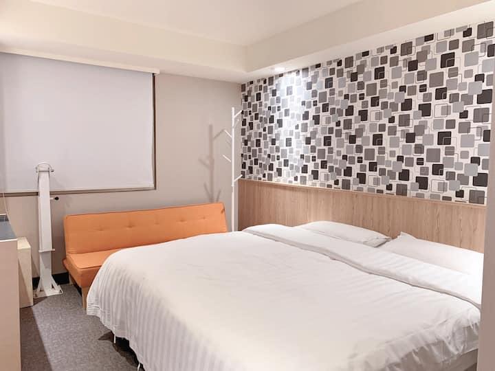 基隆市區廟口旁去九份平溪野柳很方便的舒適套房1.8米大床,友善親子,沙發床(全新裝修)