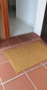 Per entrare nell'abitazione c'è solo un piccolo gradino