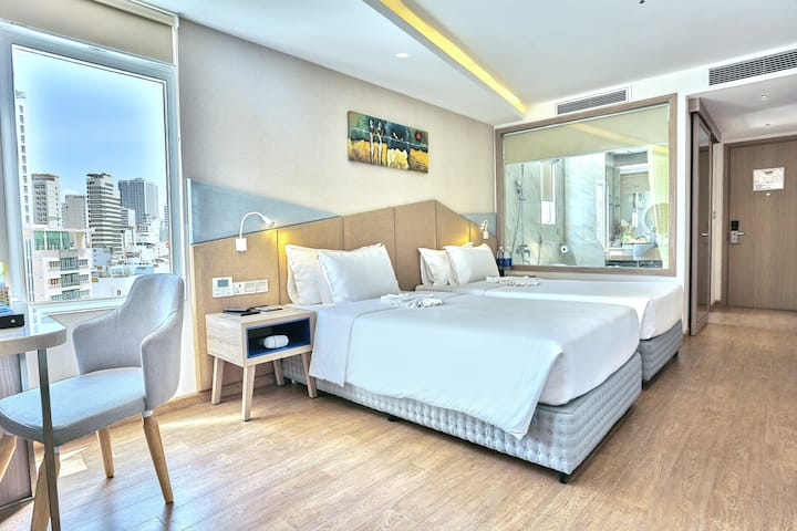 Deluxe Luxury Room with bathtub and city view